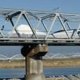 富士川鉄橋を通過する500系